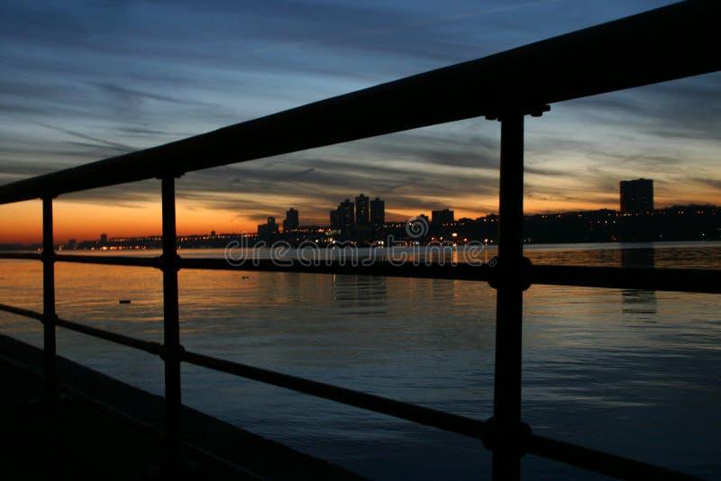 Horizon door traliewerk stock afbeeldingen