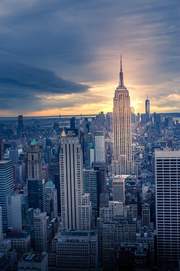 Horizon dramatique de New York au coucher du soleil, Etats-Unis photo stock