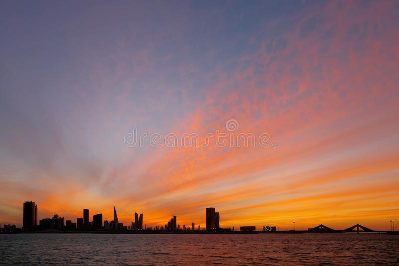 Horizon du Bahrain et ciel d'or au coucher du soleil, HDR photo libre de droits