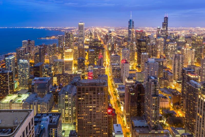 Horizon du centre aérien de Chicago la nuit photos libres de droits