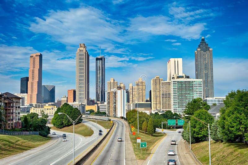 Horizon du centre d'Atlanta avec le ciel bleu images stock