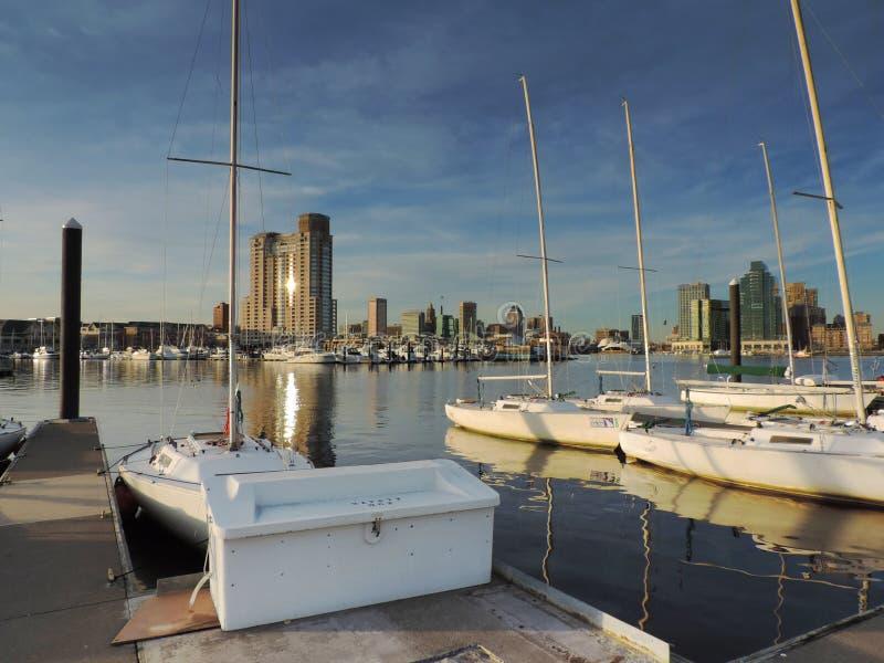 Horizon du centre de Baltimore avec des voiliers photos stock