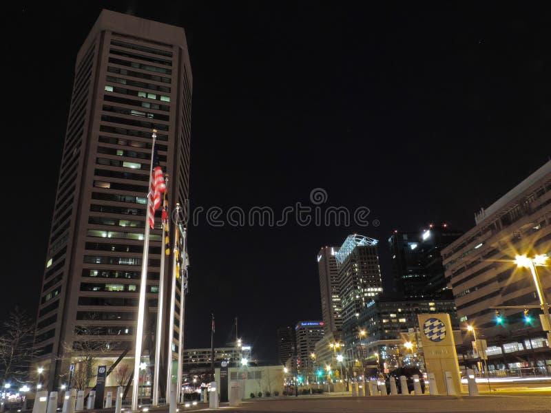Horizon du centre de Baltimore la nuit images stock