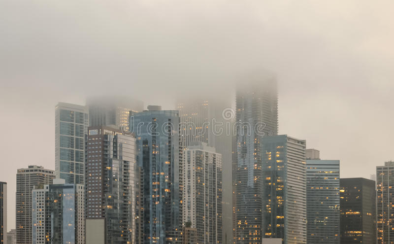 Horizon du centre de Chicago couvert en brouillard photo libre de droits