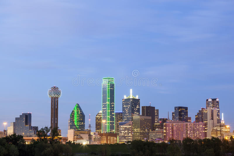 Horizon du centre de Dallas la nuit photos stock