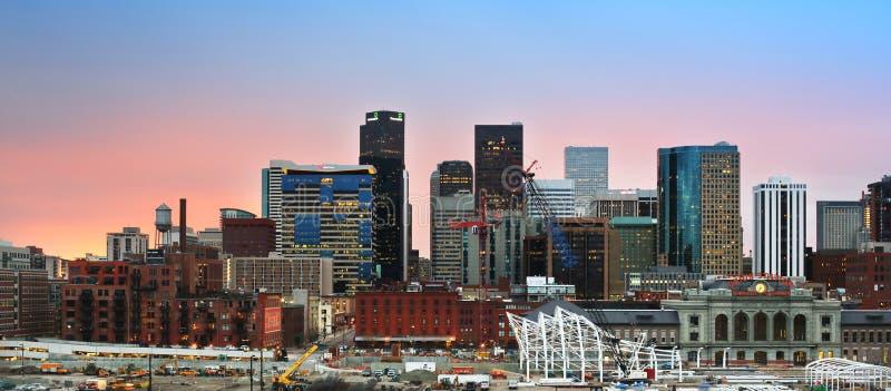 Horizon du centre de Denver Colorado au coucher du soleil images libres de droits