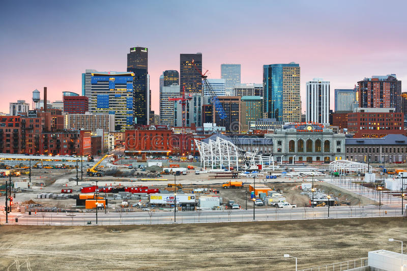 Horizon du centre de Denver Colorado au coucher du soleil image stock