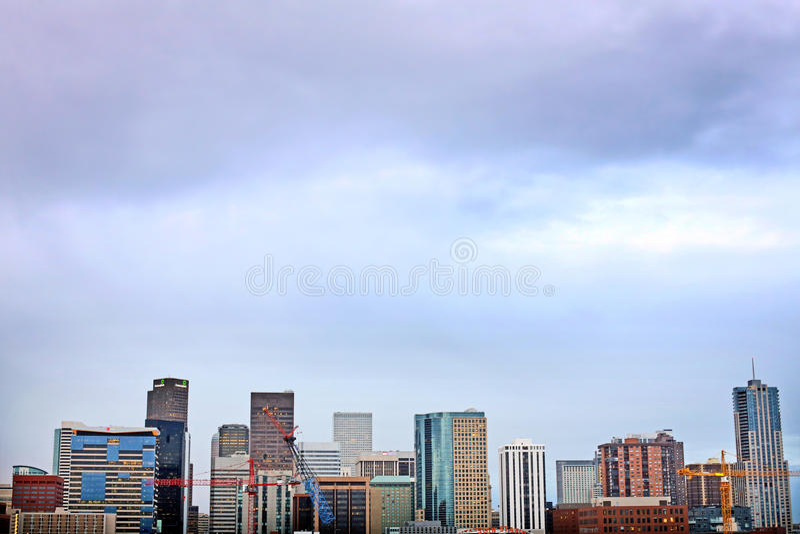 Horizon du centre de Denver Colorado au coucher du soleil photographie stock libre de droits
