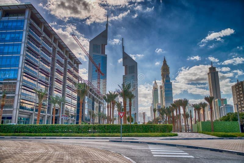 Horizon du centre de Dubaï d'un jour nuageux image stock