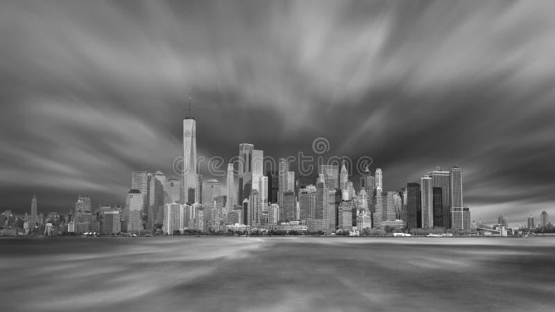 Horizon du centre de New York City Manhattan dans la soirée avec le ciel orageux photos libres de droits