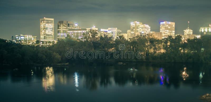 Horizon du centre de Richmond, la Virginie, Etats-Unis sur James River images stock