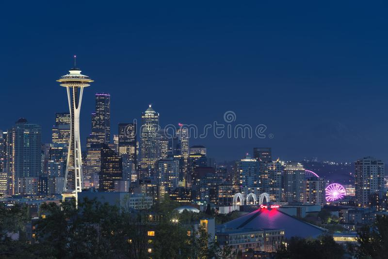 Horizon du centre de Seattle avec la vue du Mt rainier images libres de droits