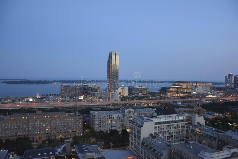 Horizon du centre de Toronto au crépuscule photo stock