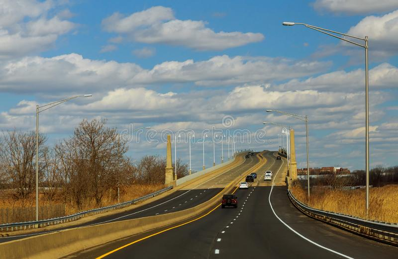 Horizon en weg door een brug voor auto's stock afbeelding