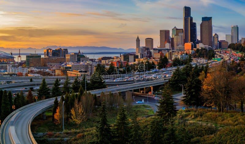 Horizon en wolkenkrabbers de de van de binnenstad van Seattle voorbij I-5 I-90 snelweguitwisseling bij zonsondergang in de herfst stock afbeeldingen