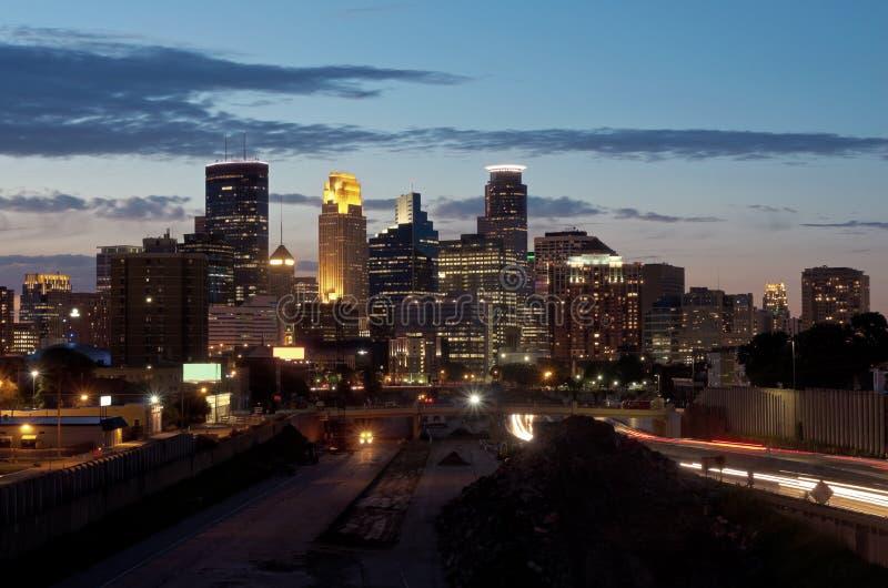 Horizon et autoroute de Minneapolis la nuit photographie stock libre de droits