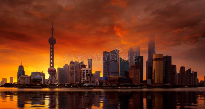 Horizon et coucher du soleil de Changhaï sur le fleuve Huangpu photos libres de droits