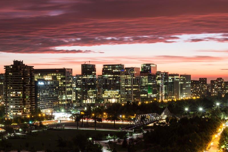 Horizon et coucher du soleil rouge à Santiago, Chili images libres de droits