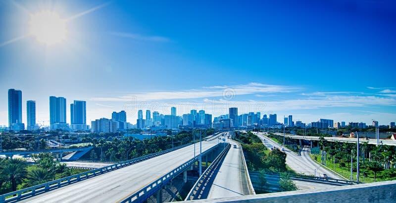Horizon et rues de ville de Miami la Floride images libres de droits