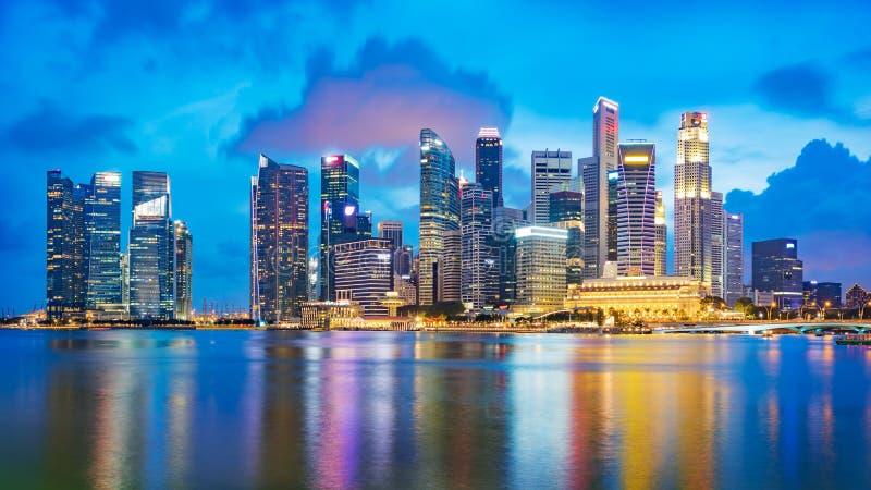 Horizon financier de secteur de Singapour à la baie de marina le temps crépusculaire photographie stock libre de droits