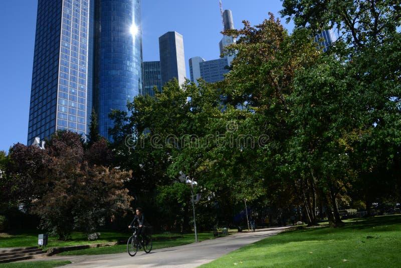 Horizon Frankfurt met bankier stock foto