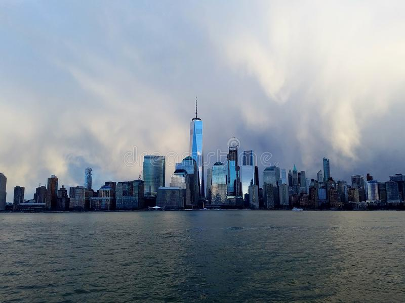 Horizon glacial de Manhattan de style Vue du fleuve Hudson, New York, Etats-Unis image stock