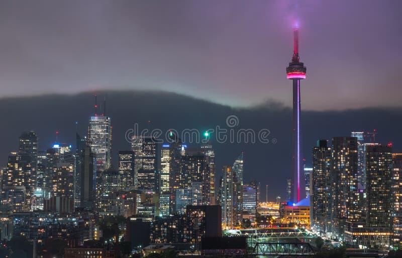 Horizon lumineux par Toronto urbain - le nuage de pluie rougeoyant se déplace rapidement dedans au noyau du centre images libres de droits
