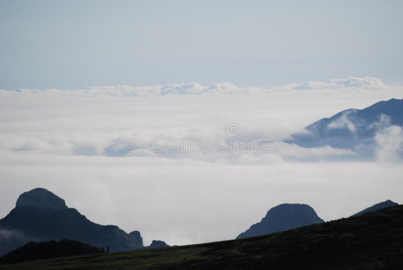 Horizon met bergen en wolken royalty-vrije stock afbeelding