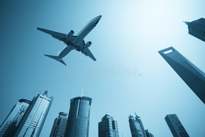 Horizon moderne de constructions avec l'avion image stock