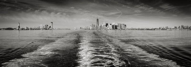 Horizon noir et blanc de New York de vue panoramique comme vu de l'état images libres de droits