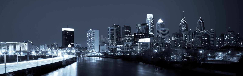 Horizon panoramique de Philadelphie par nuit par nuit photographie stock libre de droits