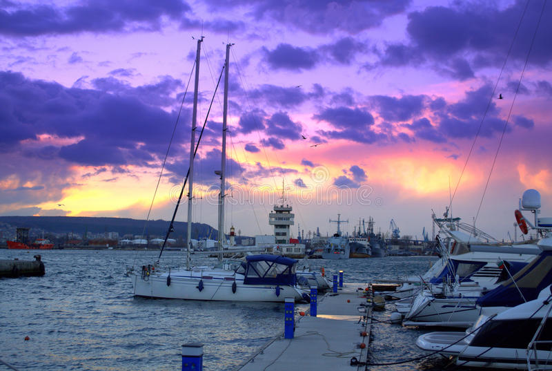 Horizon pittoresque de coucher du soleil au-dessus de pilier de yacht images libres de droits