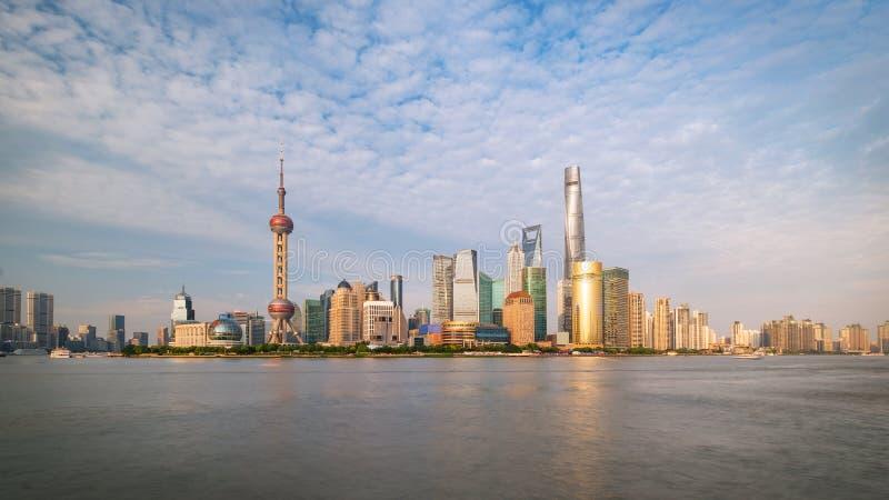 Horizon Pudong le fleuve Huangpu traversant à vision latérale de ville de Changhaï un jour ensoleillé photos libres de droits