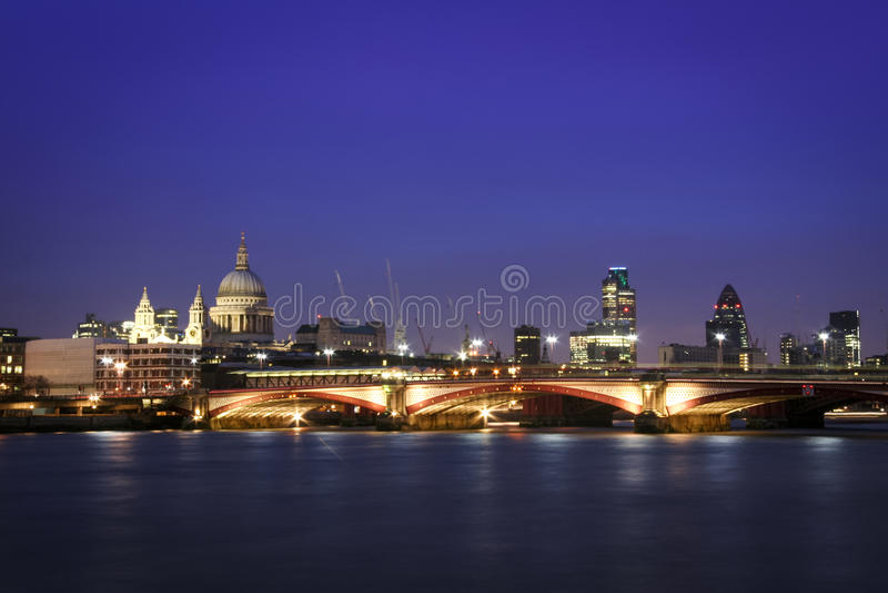 Horizon R-U de paysage urbain de nuit de Londres photographie stock libre de droits