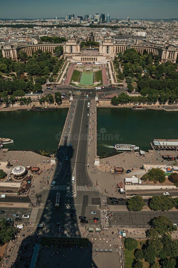 Horizon, Rivierzegen met boten, de Torenschaduw van Trocadero en van Eiffel onder blauwe hemel in Parijs stock foto's