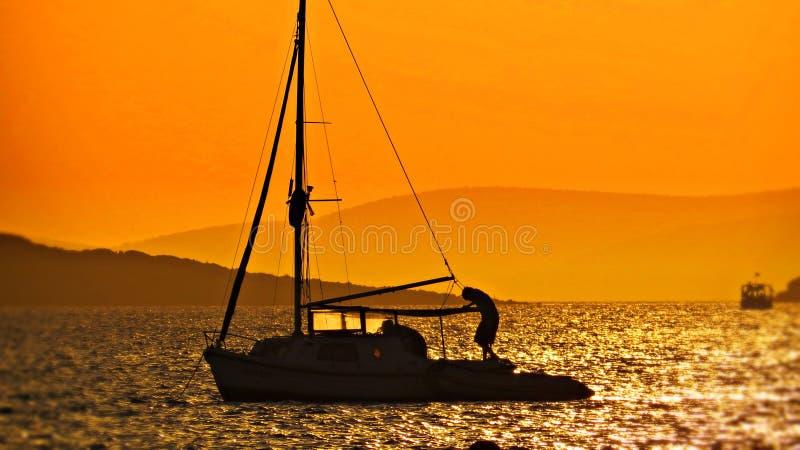 Horizon rouge et pêcheurs image stock