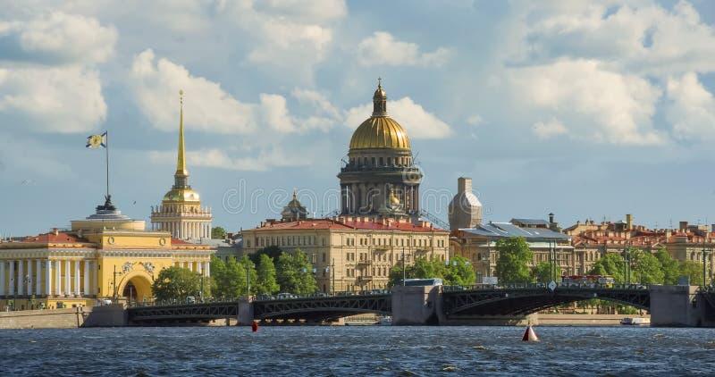 Horizon in St. Petersburg Neva Beach - St Isaac Kathedraal en andere historische gebouwen royalty-vrije stock afbeeldingen