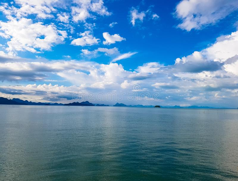 Horizon tussen overzees en blauwe hemel royalty-vrije stock foto