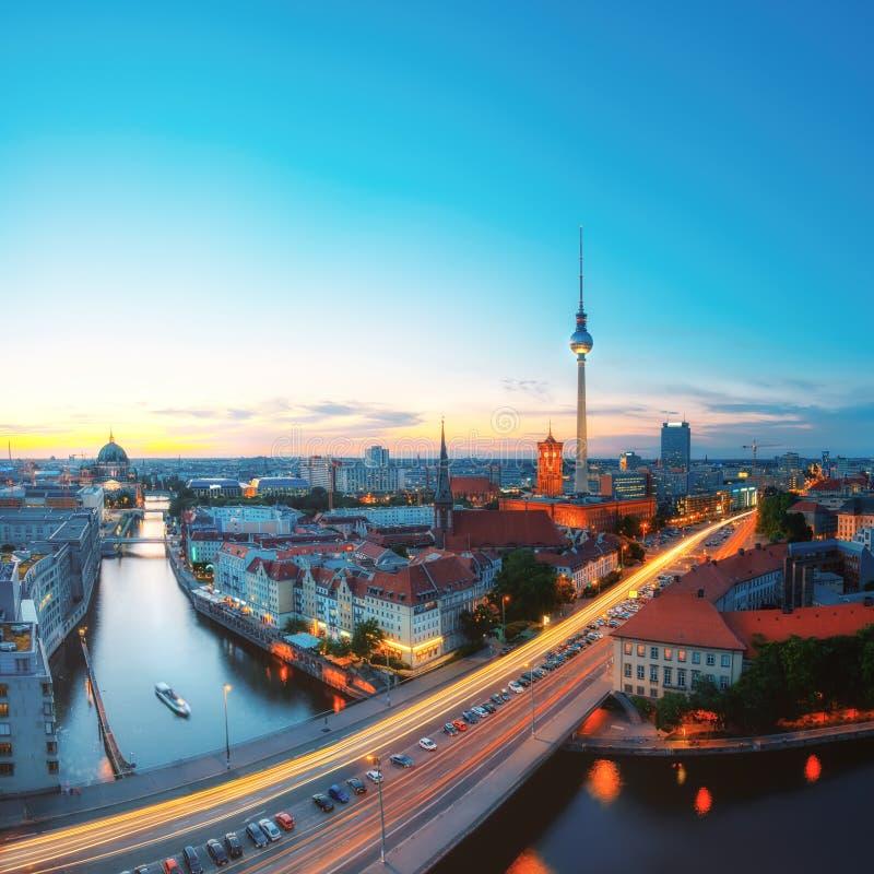 Horizon van Berlijn in de avond royalty-vrije stock afbeeldingen