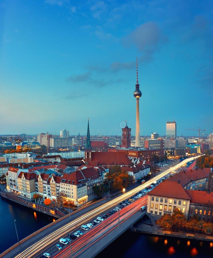 Horizon van Berlijn in Duitsland na zonsondergang royalty-vrije stock afbeeldingen