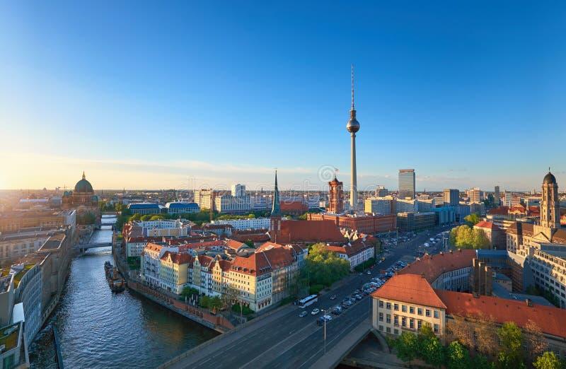 Horizon van Berlijn in Duitsland op een zonsondergang royalty-vrije stock afbeelding