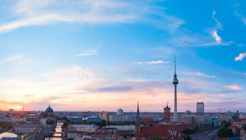 Horizon van Berlijn in Duitsland op een zonsondergang royalty-vrije stock foto's