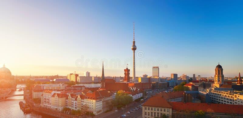 Horizon van Berlijn in Duitsland op een zonsondergang, gestemd beeld stock afbeeldingen