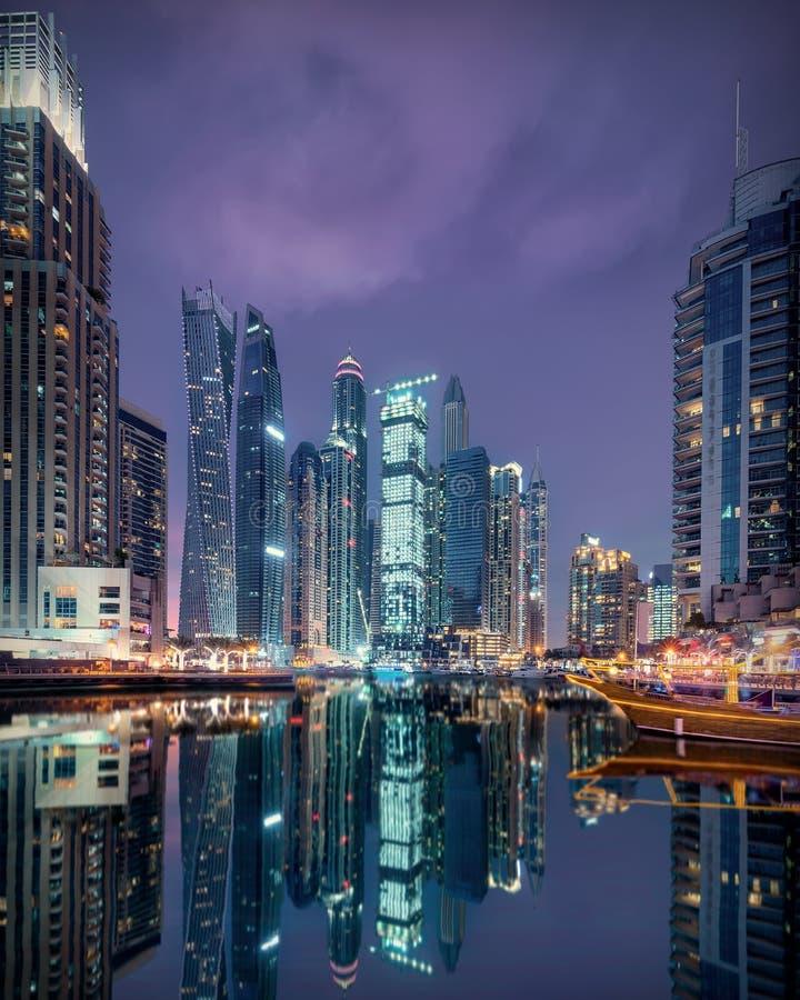 Horizon van de Jachthaven van Doubai met moderne diversiteit in architectuurstijlen royalty-vrije stock foto's
