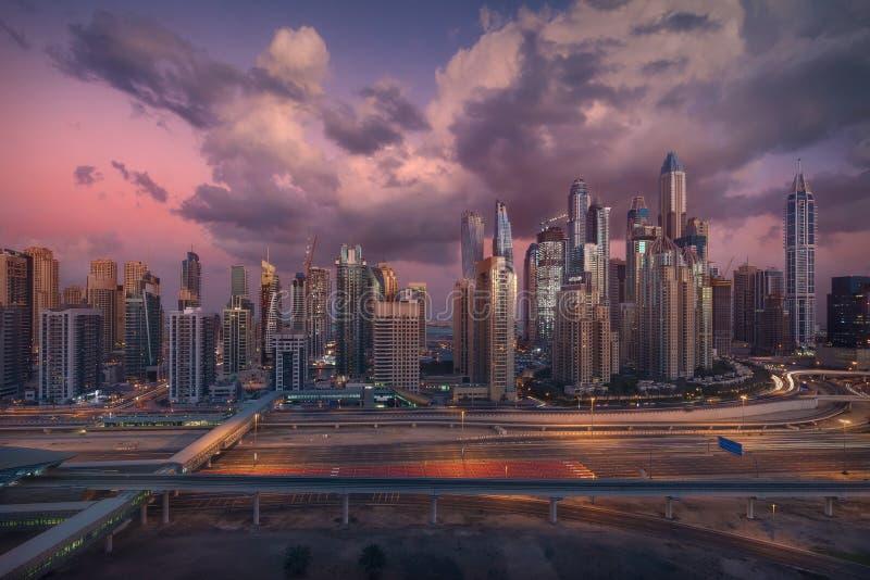 Horizon van de Jachthaven van Doubai met moderne metro en weginfrastructuur royalty-vrije stock afbeeldingen