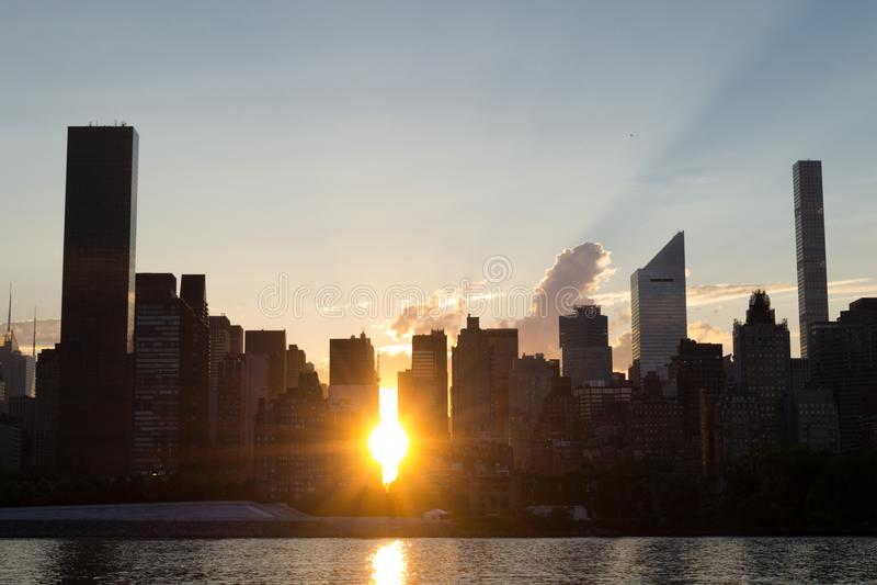 Horizon van de kant van het oosten van uit het stadscentrum Manhattan bij zonsondergang royalty-vrije stock fotografie