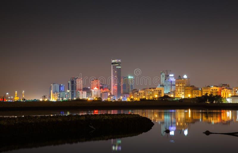 Horizon van de nacht de moderne stad, Manama, Bahrein stock afbeeldingen