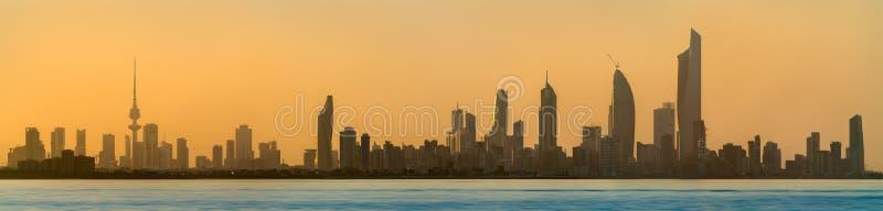 Horizon van de Stad van Koeweit bij zonsondergang royalty-vrije stock foto