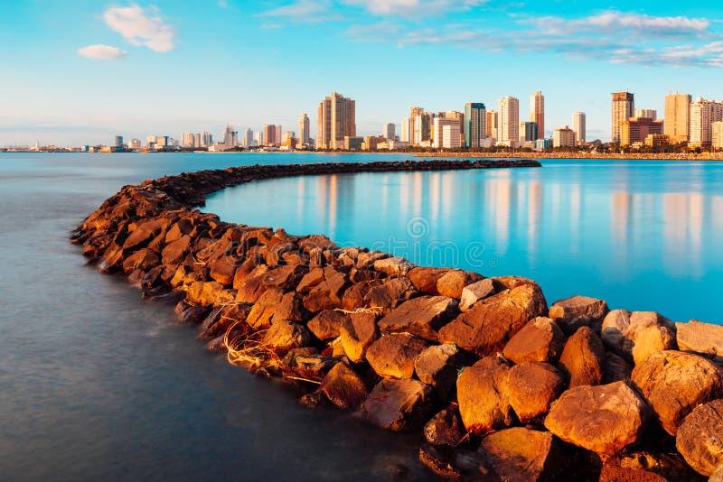 Horizon van de Stad van Manilla en de Baai van Manilla stock afbeelding