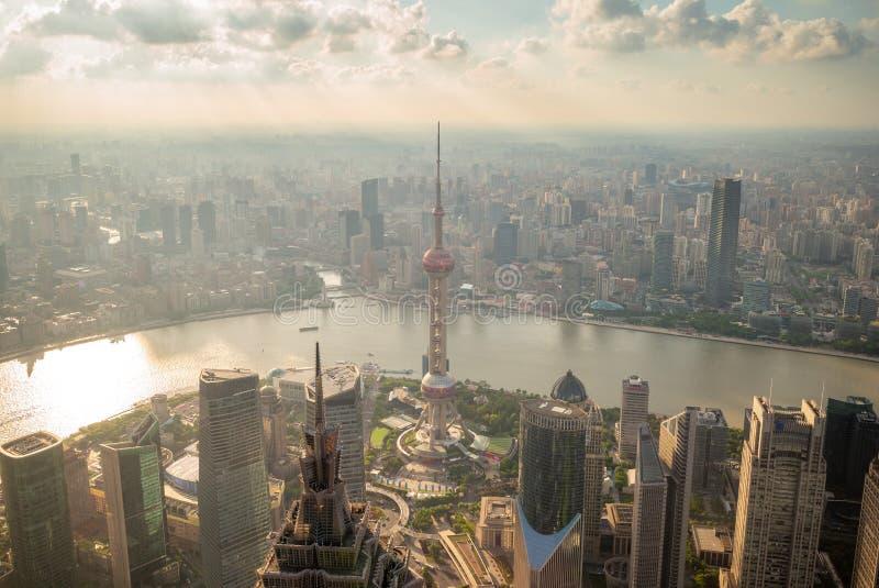 Horizon van de stad van Shanghai door de zonsondergang in China stock foto